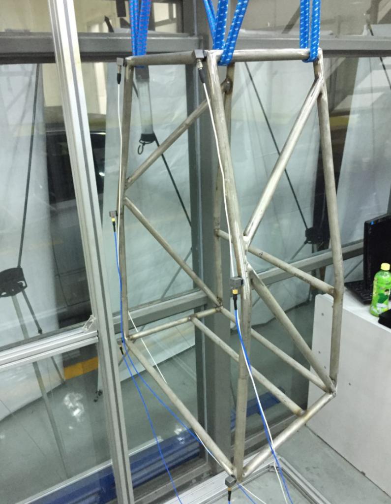 上海某大学使用EDM Modal模态分析软件与Spider-80X动态数据采集仪对车架进行模态实验 2